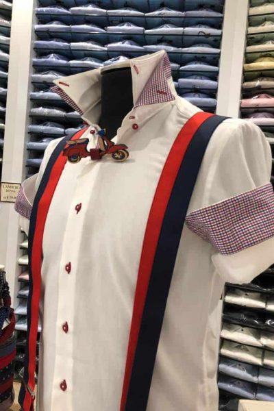 camicia bianca con risvolto a quadretti rossi e blu
